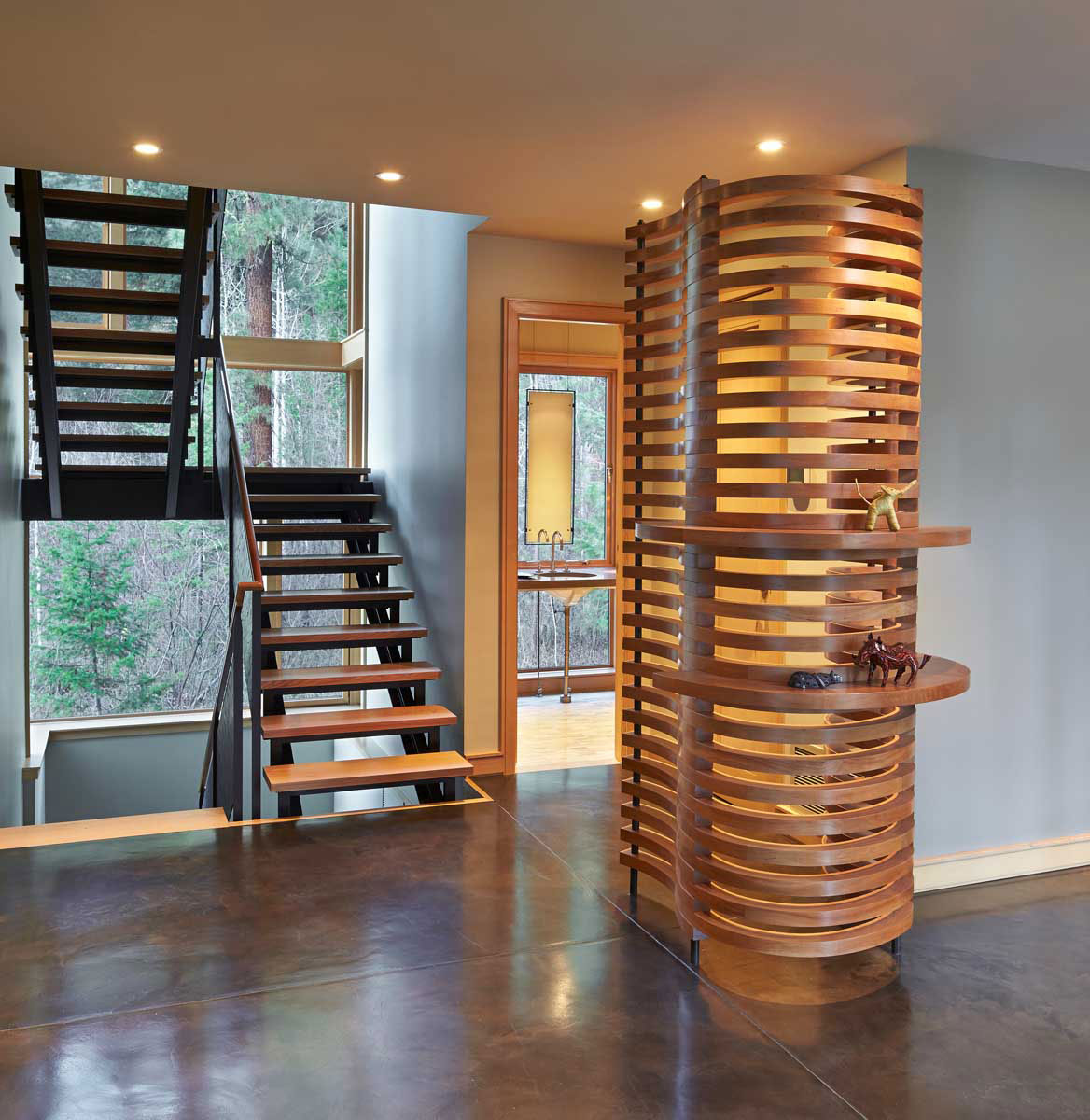Mazama-House-corner-by-staircase