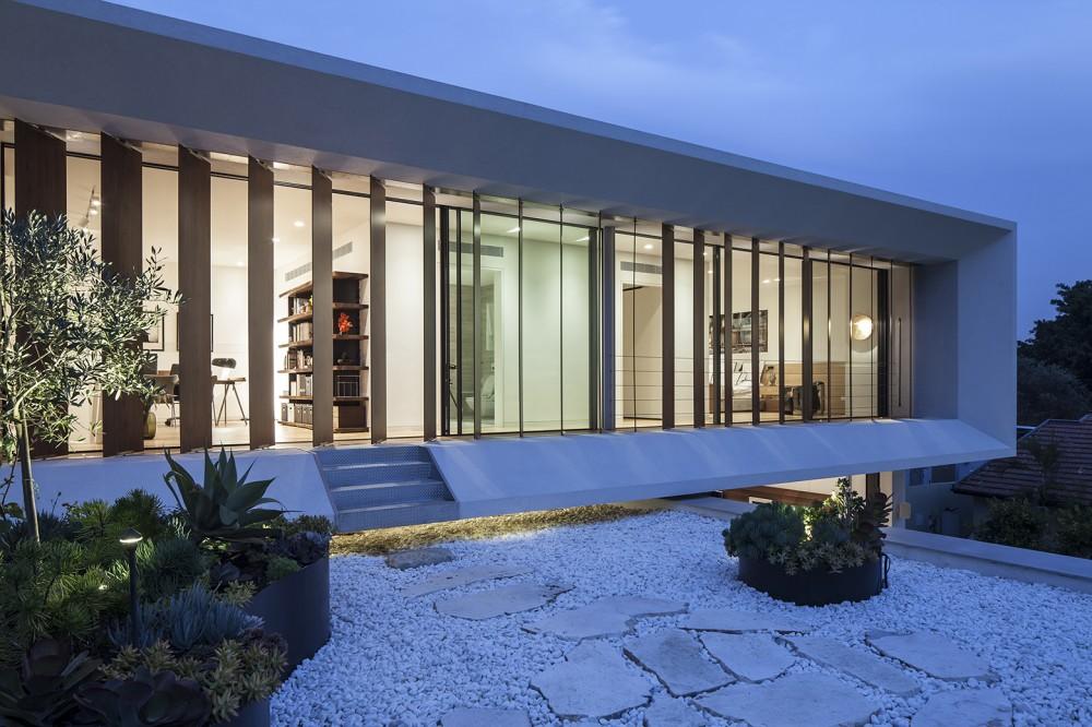 Mediterranean-residence-back-yard