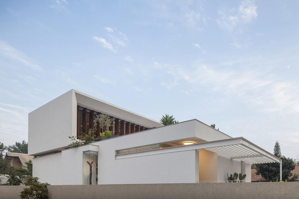 Mediterranean-residence-roof-garden-from-distance