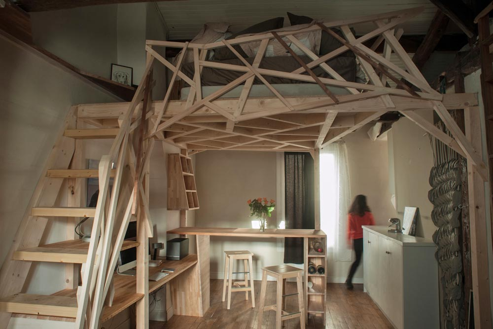 Parisian micro apartment optimized through a wooden sculpture for Architecture mezzanine