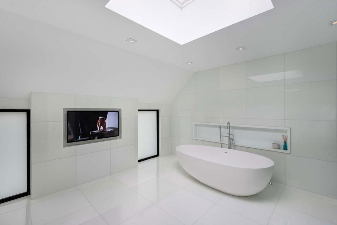 Toronto-bachelor-home-bathroom-tub