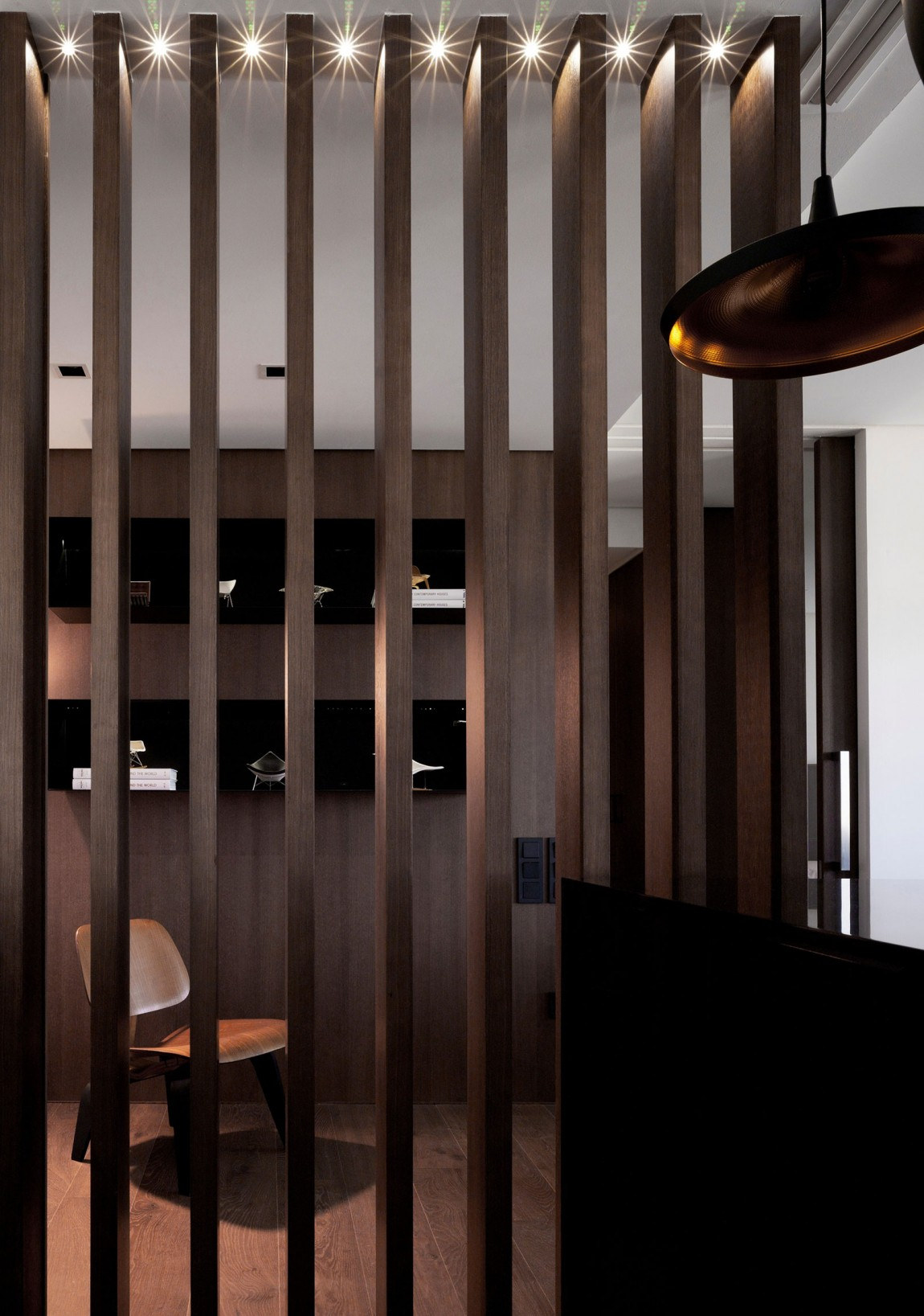 Sobriety with a touch of luxury in a modern spanish home for Wooden hotel design