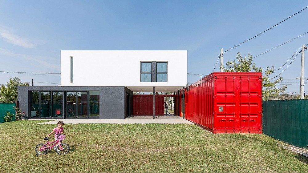 container-home-argentina-courtyard2