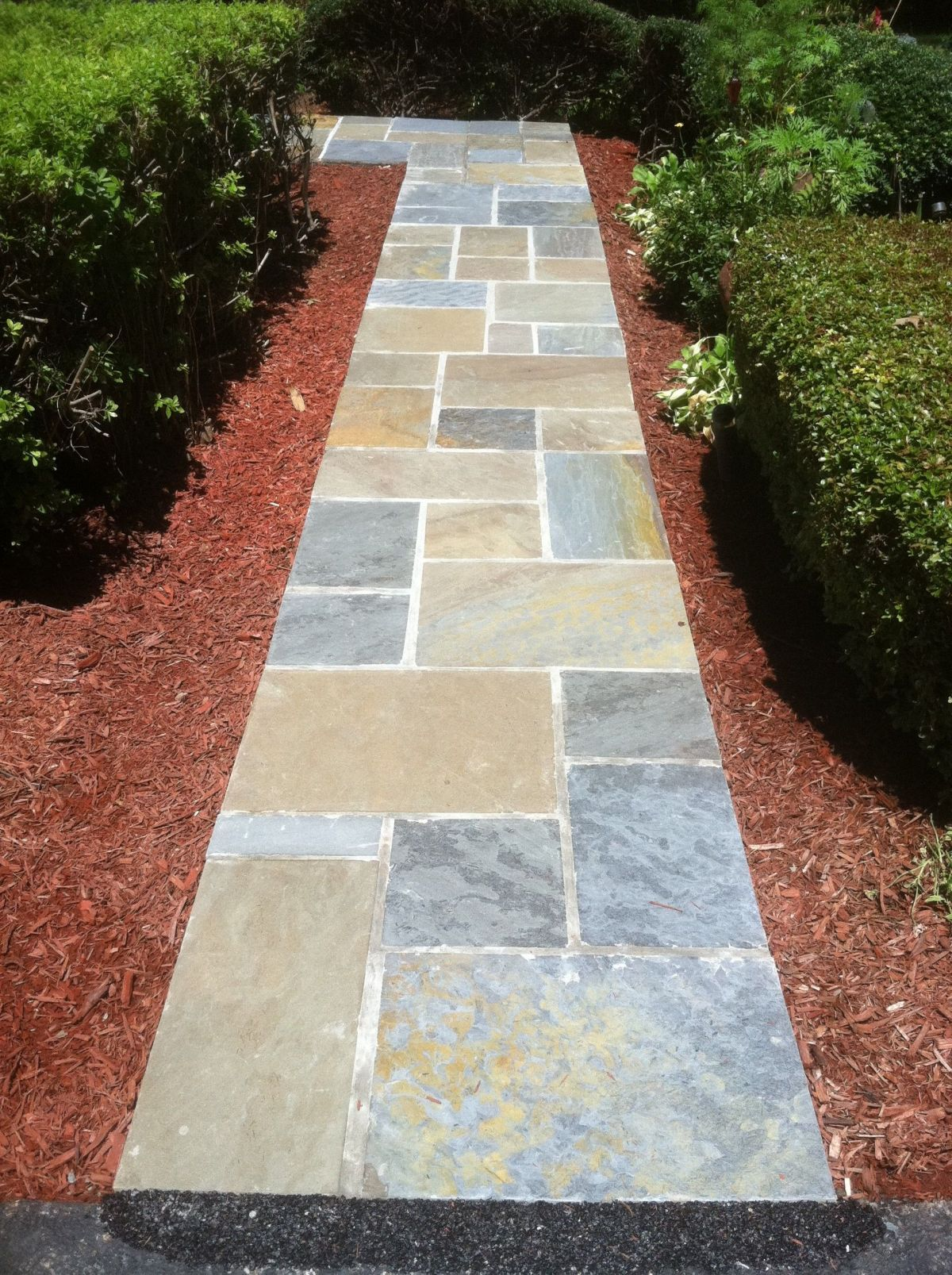 Gorgeous stone walkways to add your home for Camino de piedra para jardin