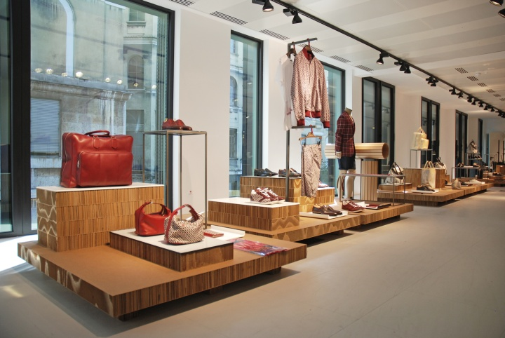 Kiton-store-platforms-on-display