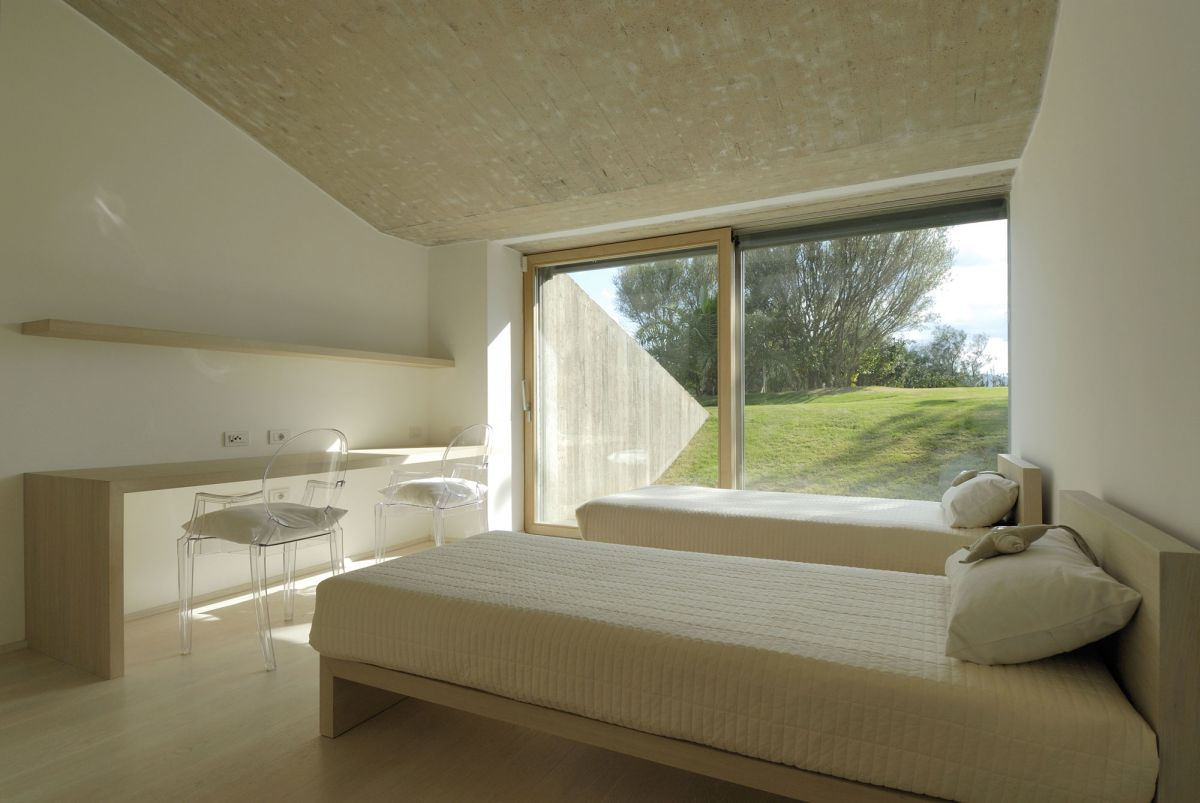 Residence-in-Sardinia-bedroom-with-work-area