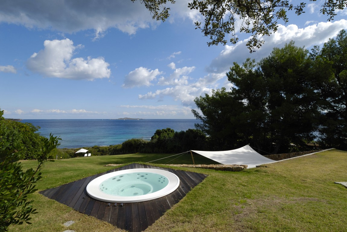 Residence-in-Sardinia-outdoor-jacuzzi