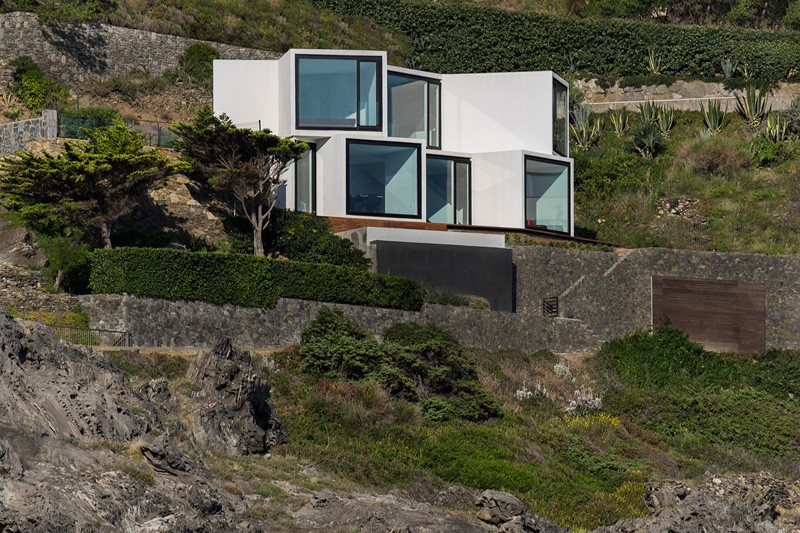 Sunflower-House-perched-on-mountain