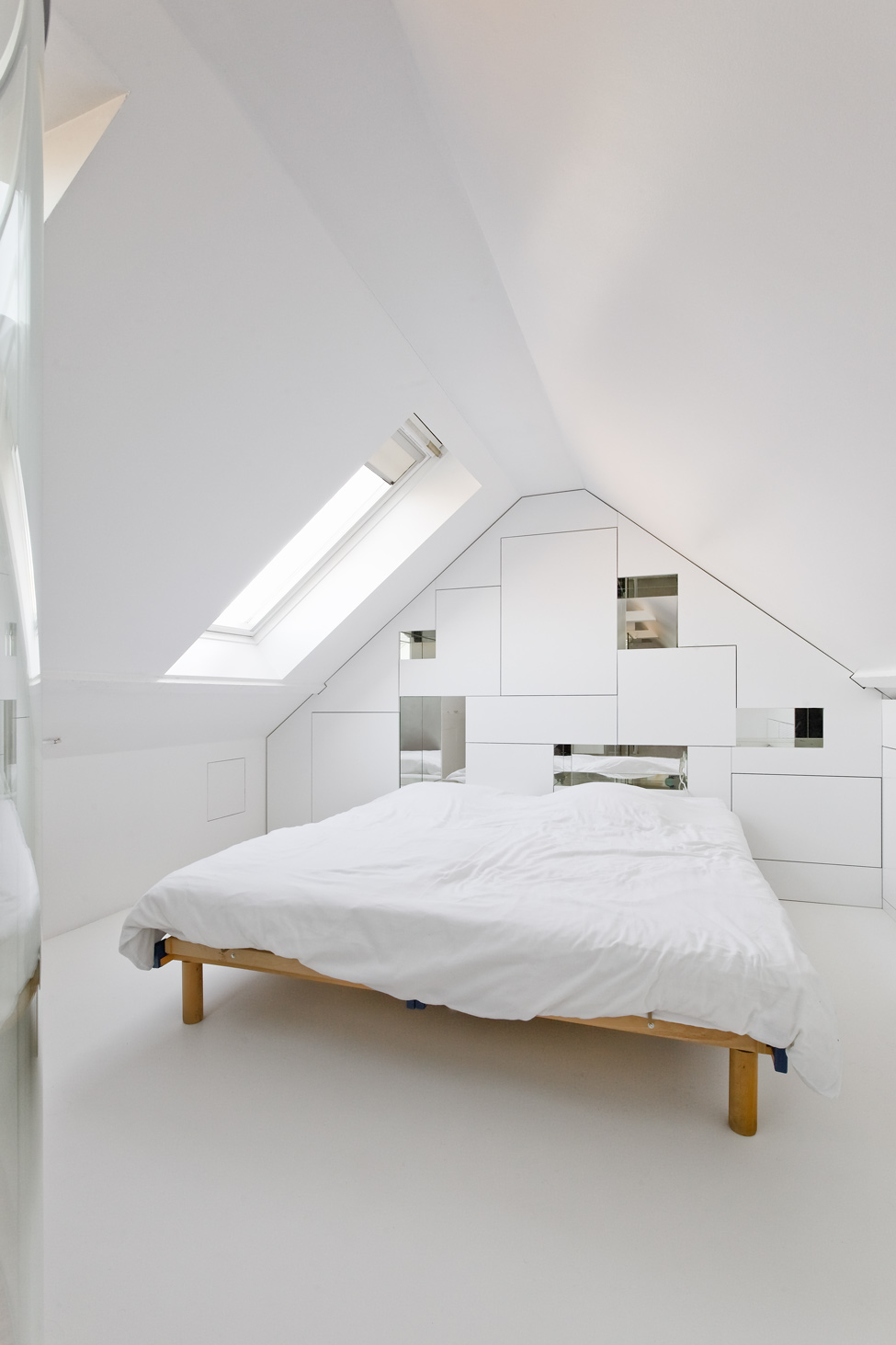 20 minimalist bedrooms for the modern stylista for Bed minimalist design