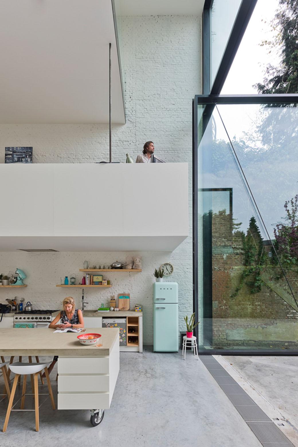 house-floor-pivot-door-large-window