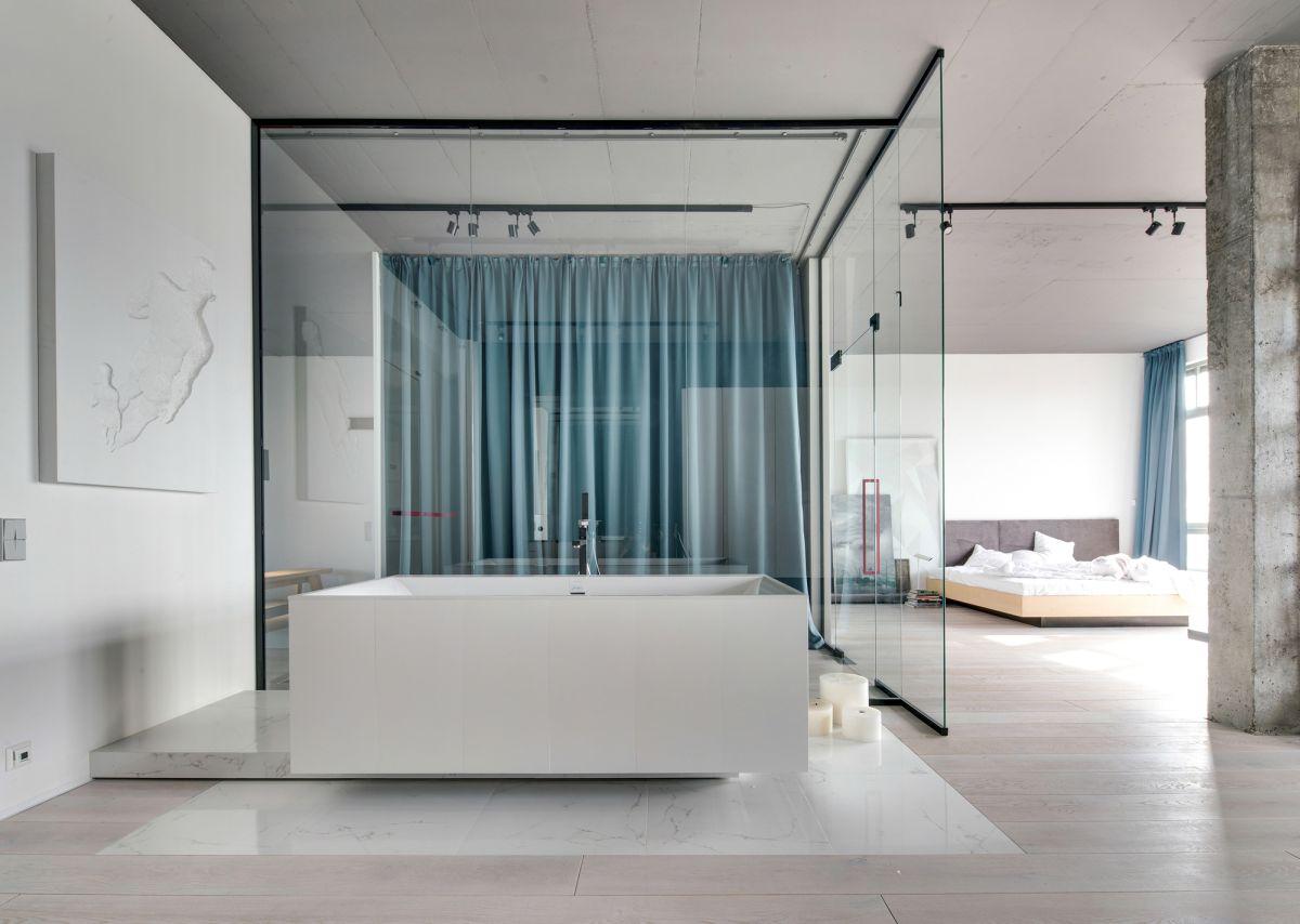 minimal-kiev-apartment-glass-bathroom-wall