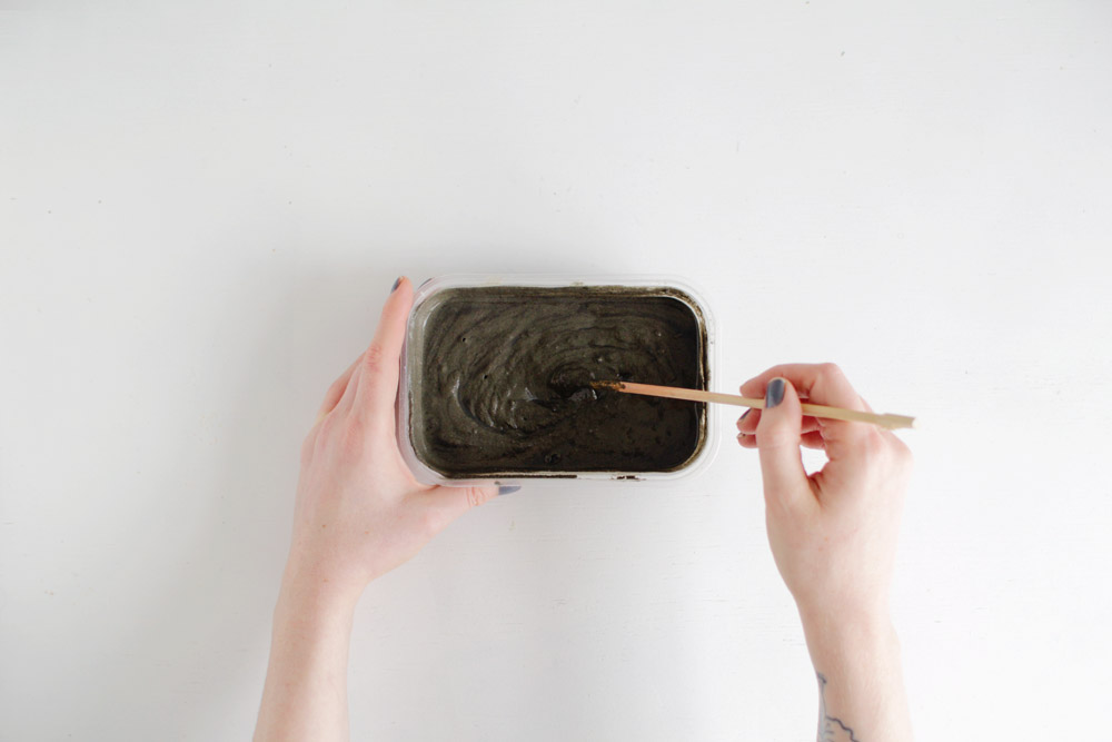 mix-the-concrete-for-the-planter