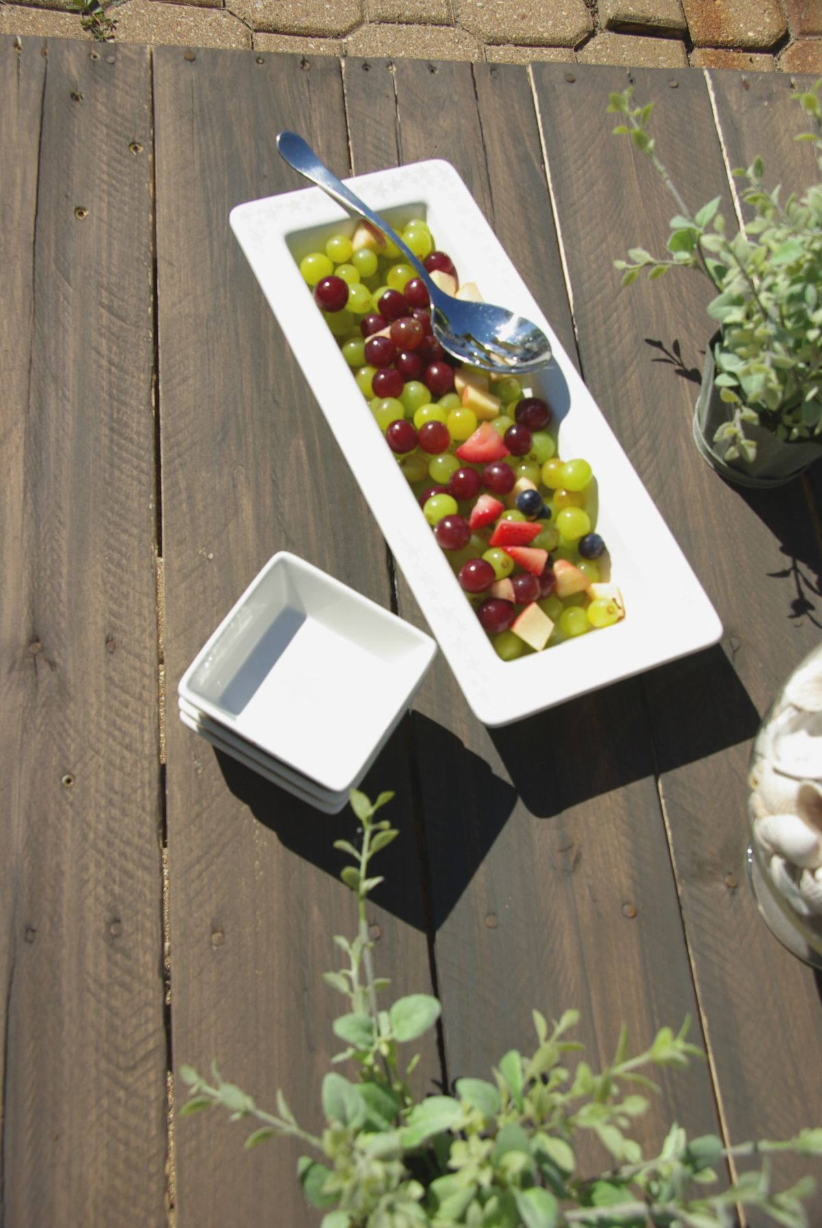 Maximize Your Outdoor Space With A Pallet Coffee Table On ...