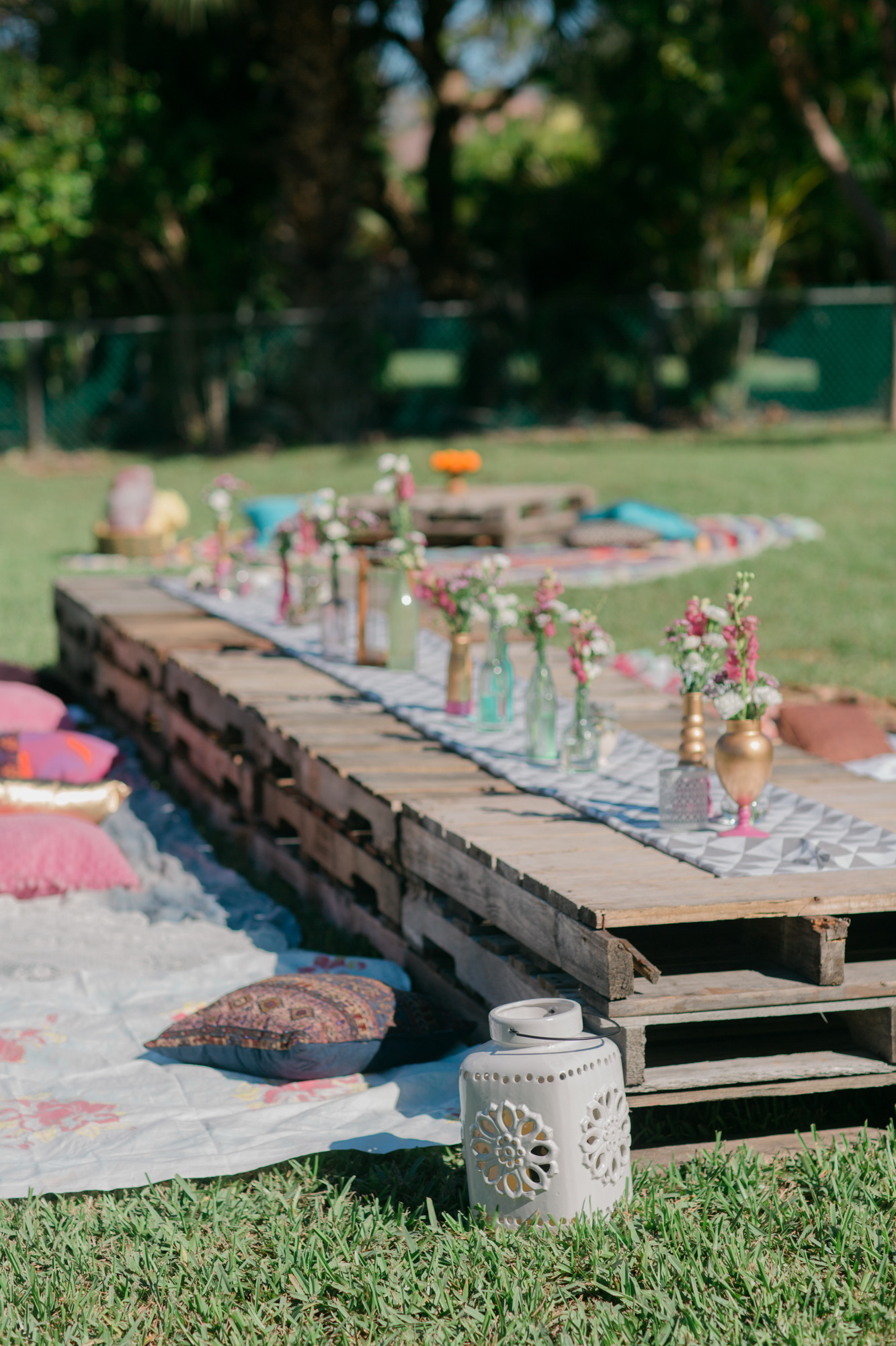 50 outdoor party ideas you should try out this summer for Palette table de jardin