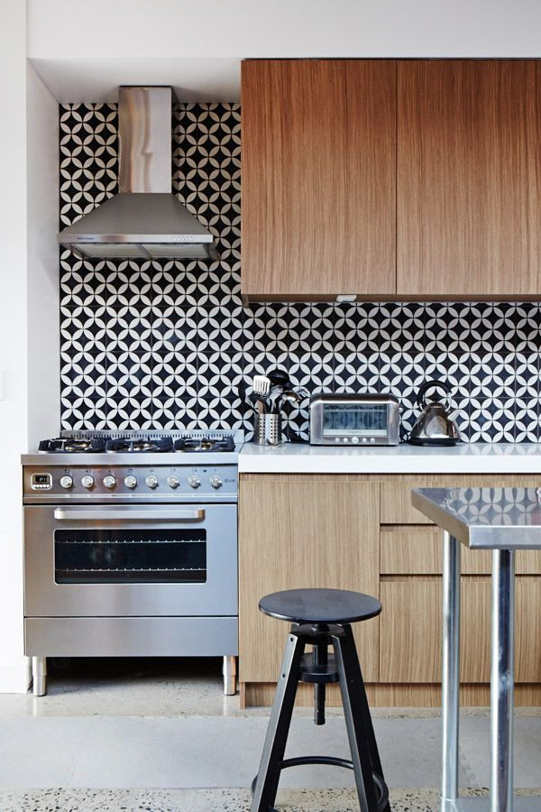 small-pattern-black-and-white-backsplash