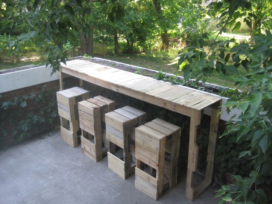 standing-outdoor-bar-from-pallets