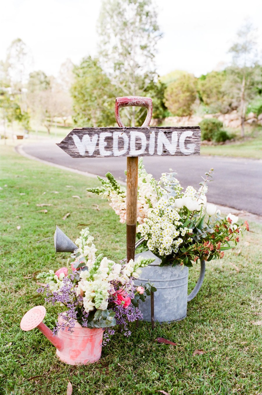 wooden-handled-shovel-wedding-decor