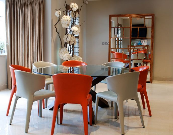 Round glass dining tables that make a stylish impression for Colorful dining chairs