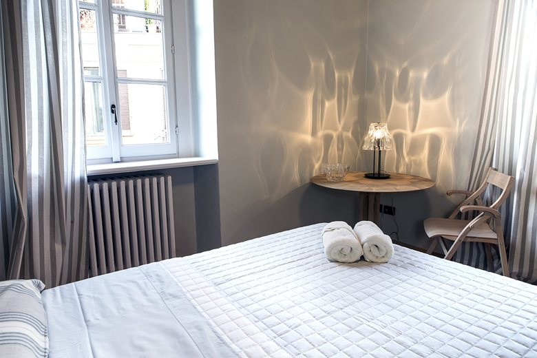 Milan-apartment-renovation-bedroom-table-lamp