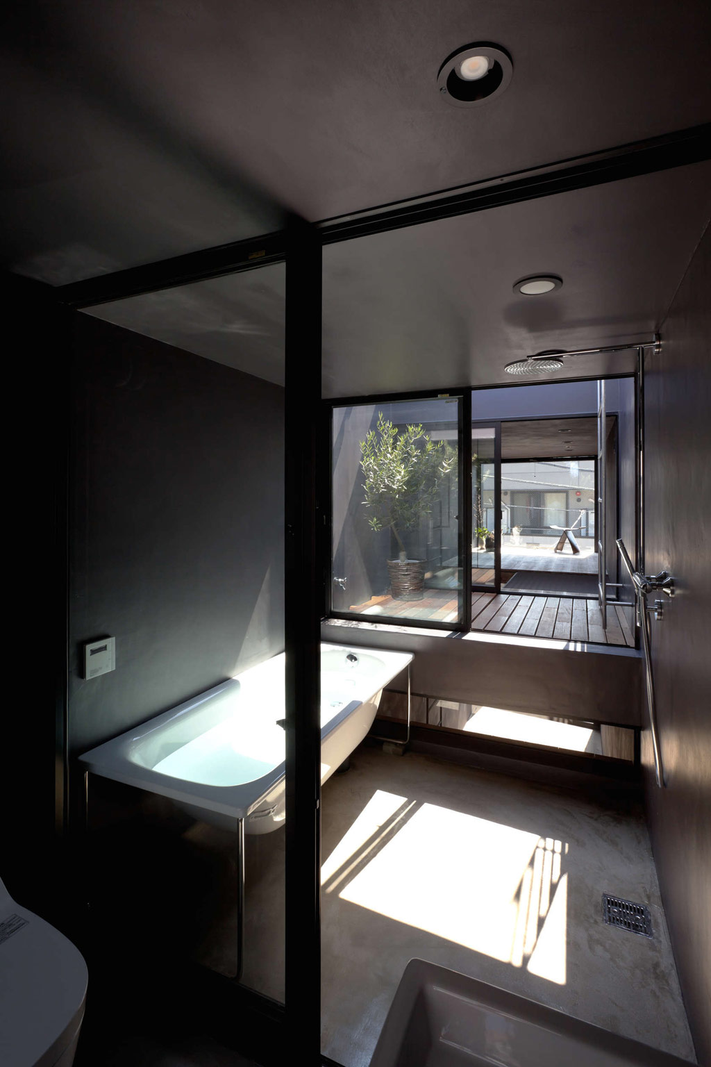 Toshima-long-and-narrow-house-bathroom