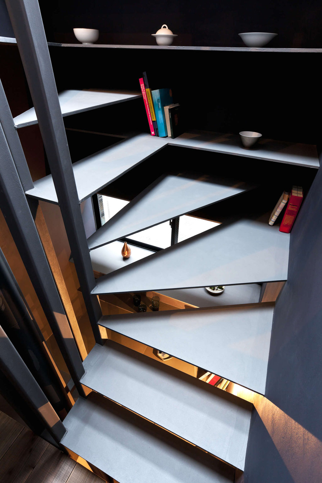 Toshima-long-and-narrow-house-stairs-and-shelves
