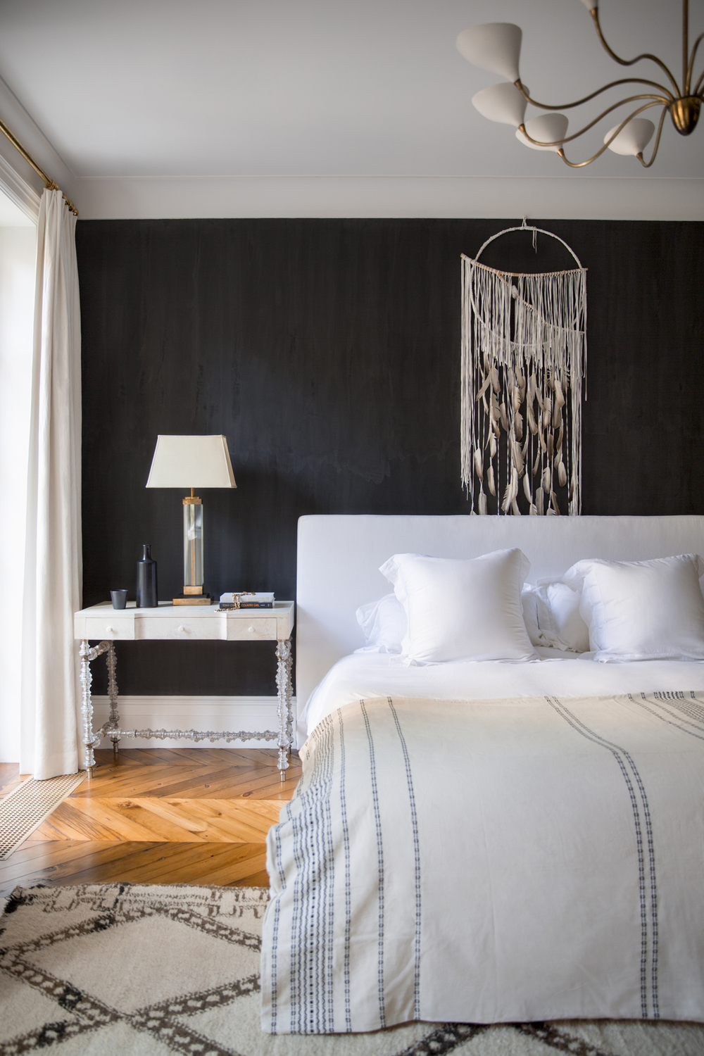 bedroom-with-black-accent-wall