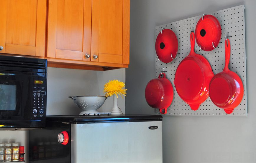 kitchen-pegboard-pots-holder