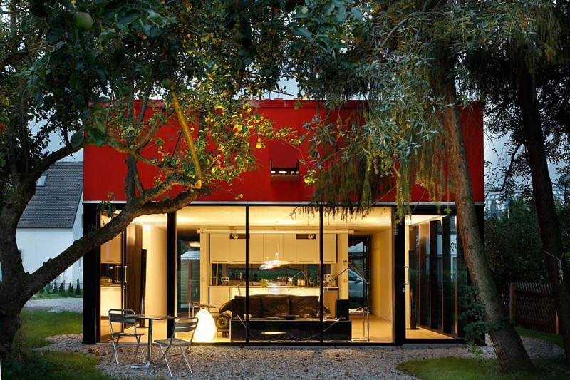 red-house-in-munich-ground-floor-glass-walls