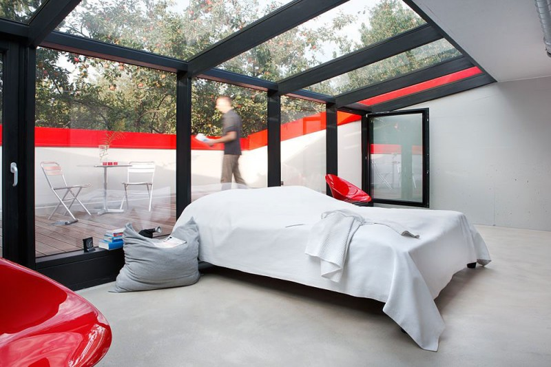 red-house-in-munich-main-bedroom-glass-ceiling