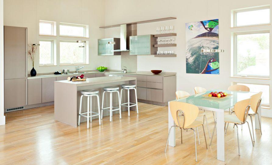 einfach und sauber gestaltete Küche