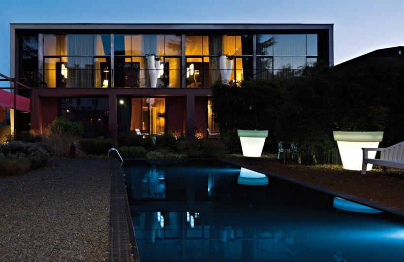 swimming-pool-iluminated-vase