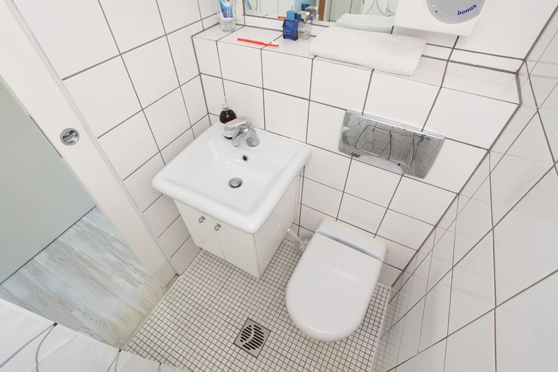 tiny-poland-apartment-bathroom