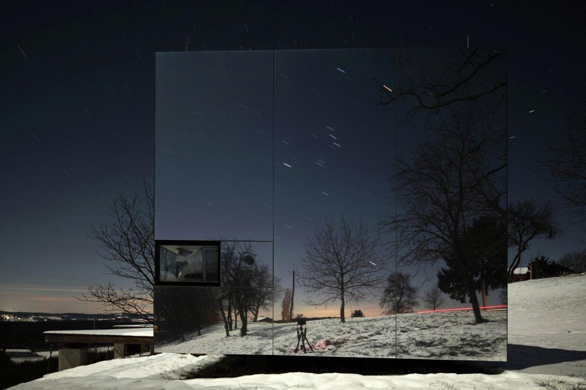 Casa Invisible concept facade at night