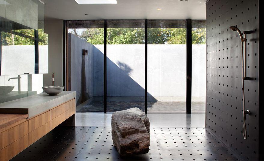 Großer Stein für begehbare Dusche