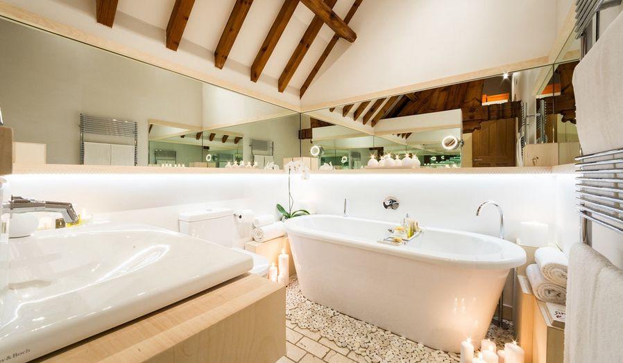 Kieselsteine um die Badewanne