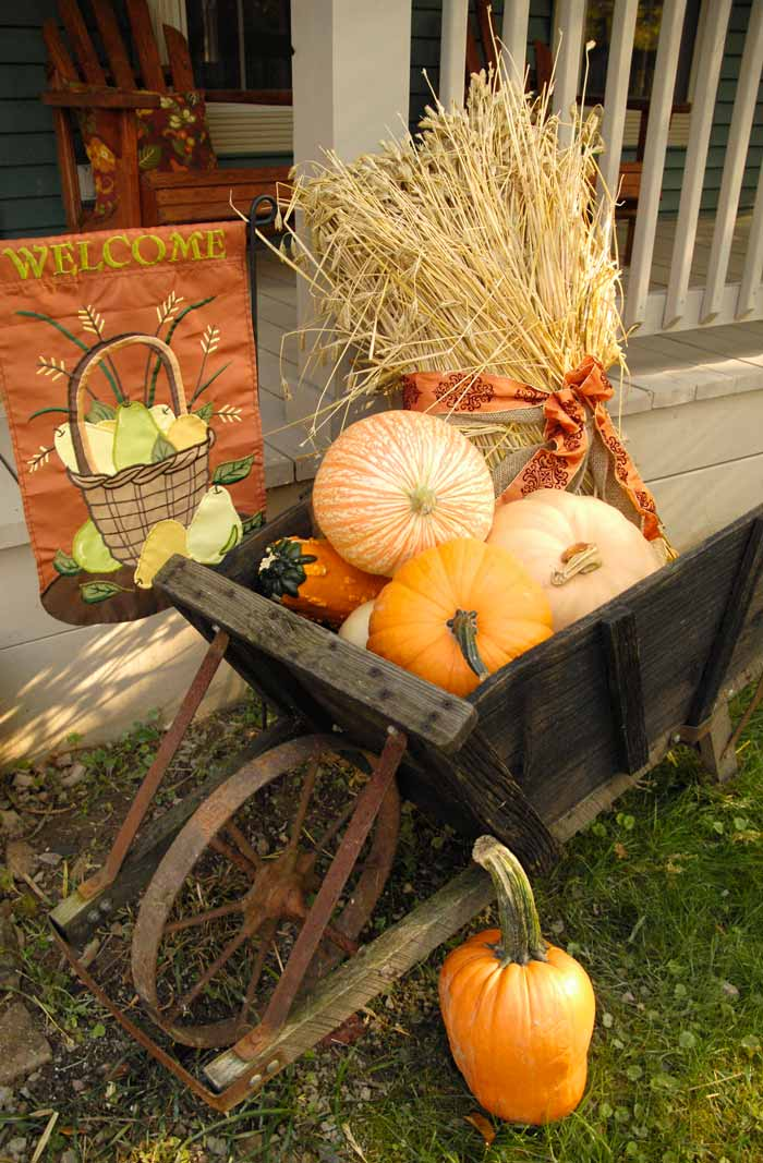 20 ways to help create a fall inspired front lawn for Front yard decor