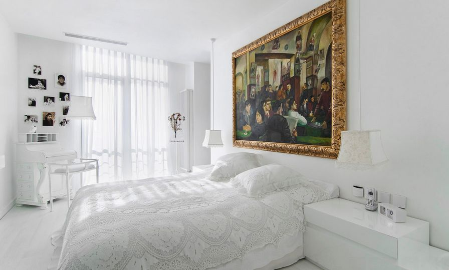 Superieur White Bedroom With Gold Framed Art Above The Bed