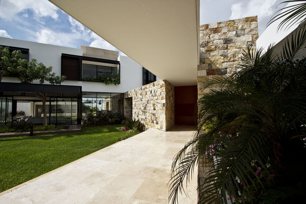 Yucatan cantilevered house courtyard