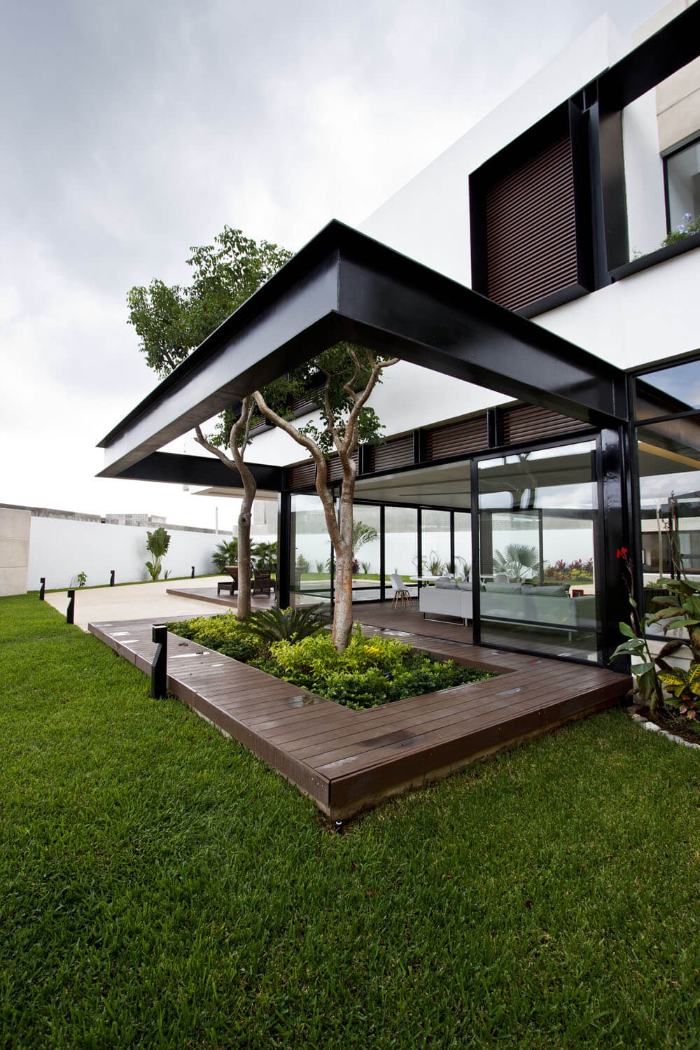 Yucatan cantilevered house deck with threes