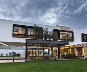 Yucatan cantilevered house ground floor from outside 300x250