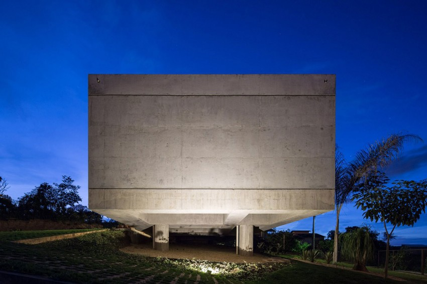minimal house in brazil concrete side