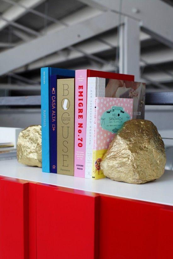 Gold gestrichene Buchstützen