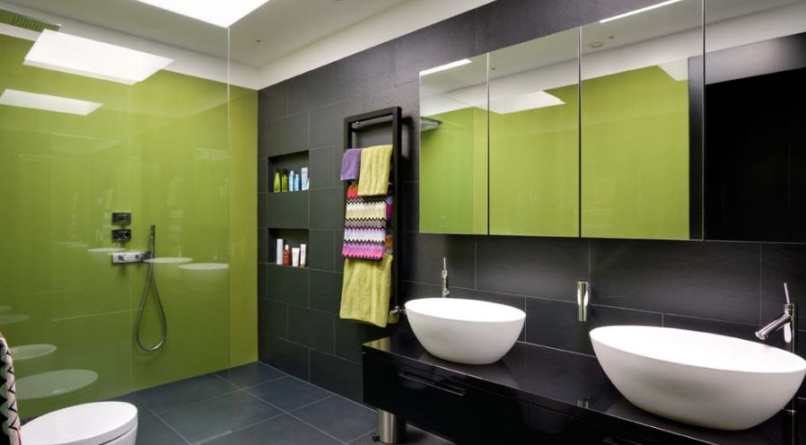 Green and dark tiles for the bathroom