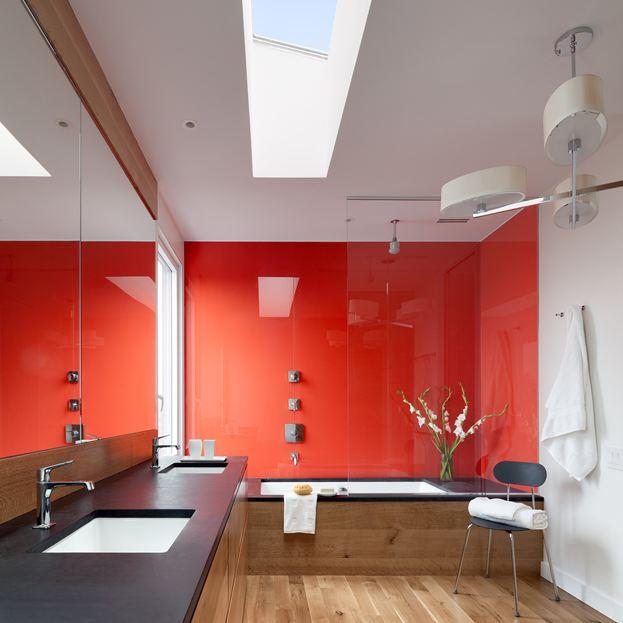 Rot ist eine Farbe, die gut mit Holz funktioniert