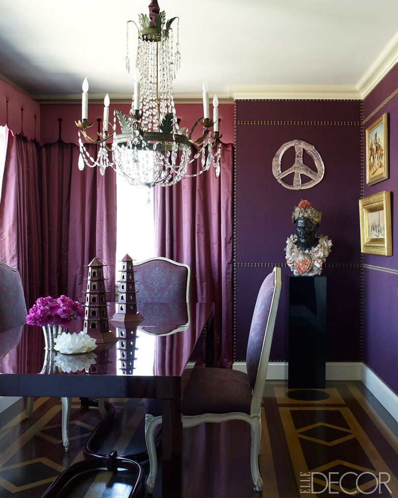 Upholstered walls with aubergine color