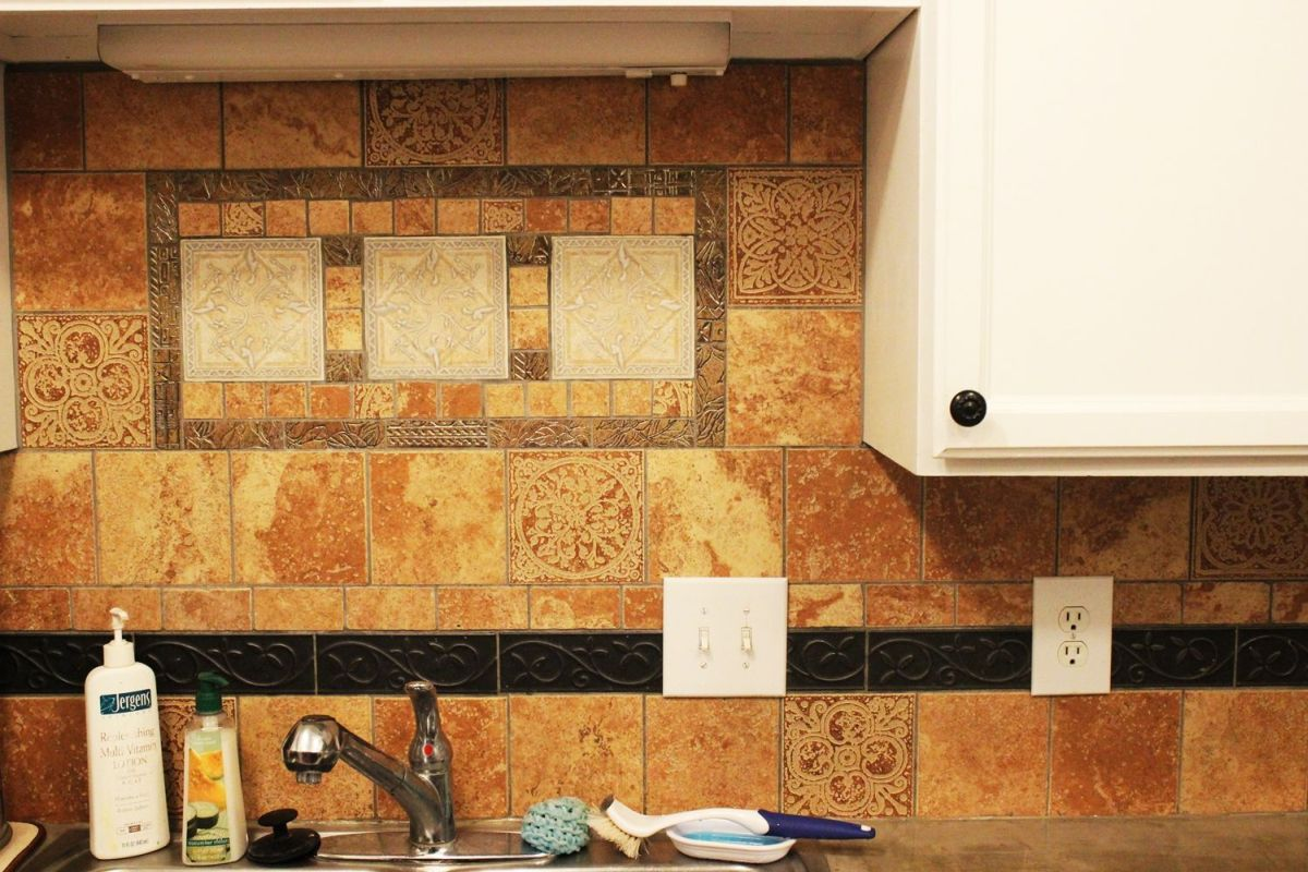 Closer look to the kitchen backsplash