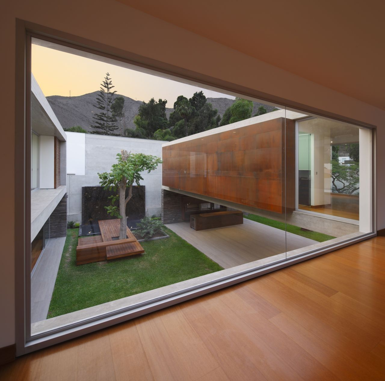 Contemporary La Planicie House Courtyard