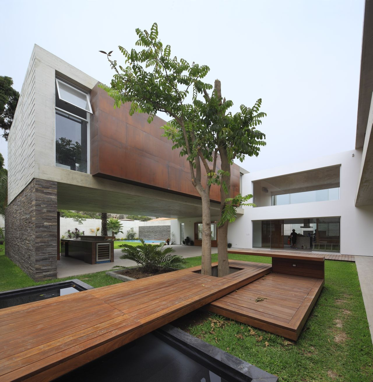 Contemporary La Planicie House With A Beautiful Courtyard