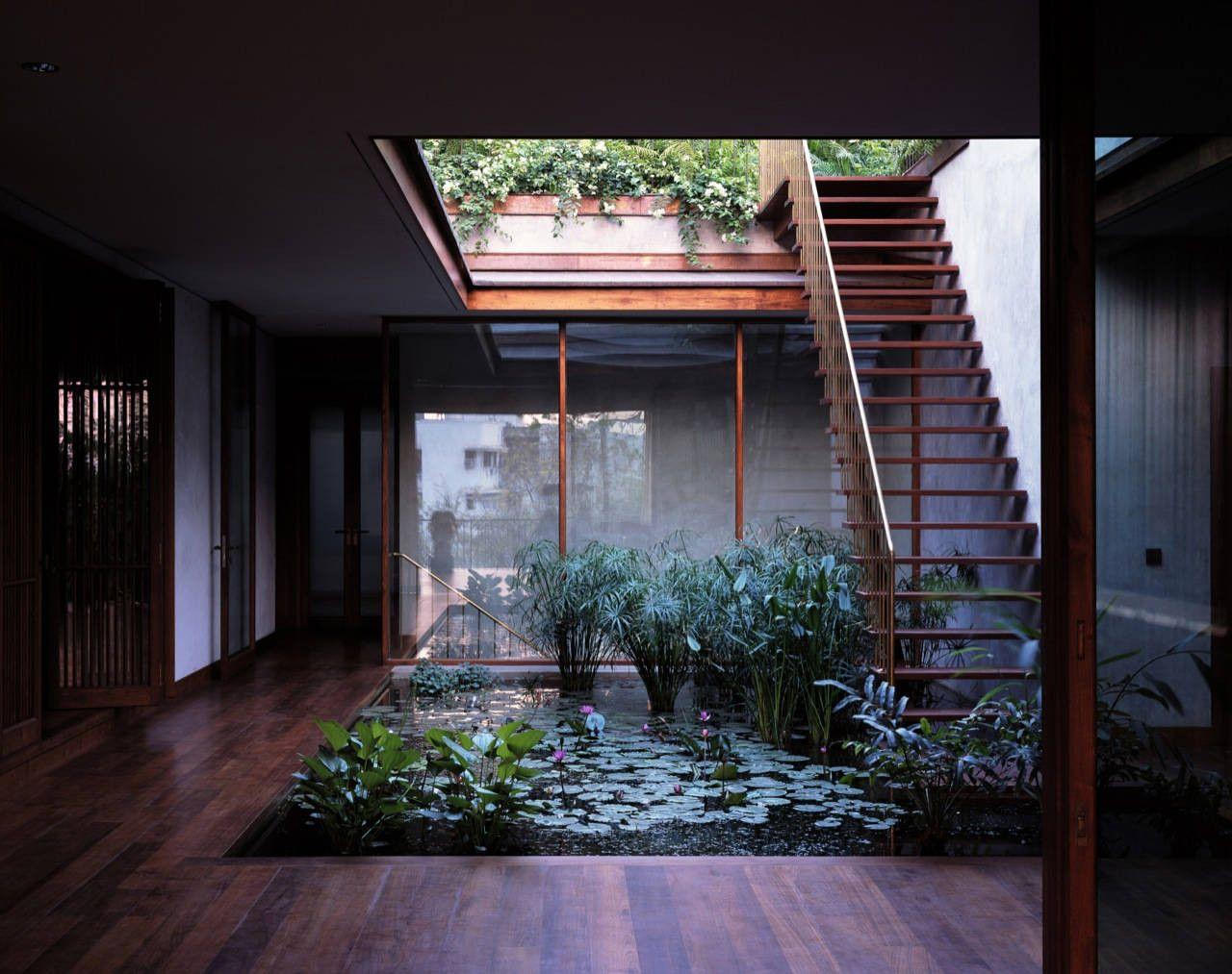 10 stunning structures with gorgeous inner courtyards for Interior courtyard designs ideas