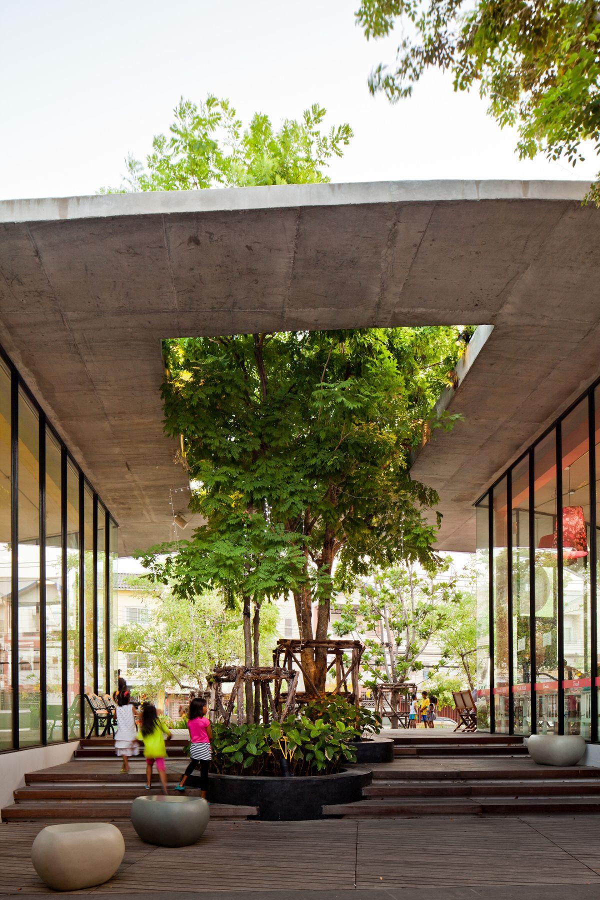 Kurve 7 community mall Tree